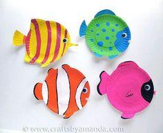 Kleurrijke vissen gemaakt van een papieren bordje.