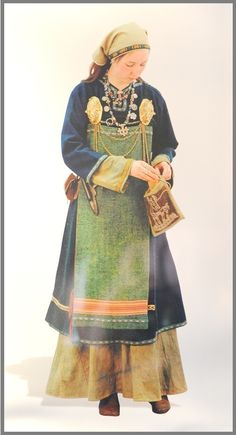 This another Museum remake of a Rus/ Norse female ensemble from the Ladoga Museum in Russia. The exhibit dates it to 9-10th Century