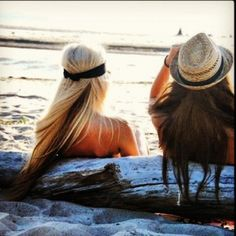 Love the beachy hair, the headband, and the hat.