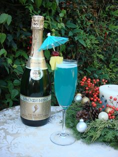 Blue Hawaiian – Signature blue drink! 1/2 oz. blue curaçao liqueur  1 oz. pineapple juice 4 oz. Barefoot Bubbly extra dry  Serve in champagne glass with pineapple wedge and umbrella.  Mmmmm...