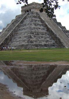 Piramide o Templo de Kukulcan en Chichen-Itza, Yucatan, Mexico. Conocida tambien como: El Castillo. En esta construccion se rindio culto al dios maya Kukulcan (Serpiente Emplumada). En 1988 la ciudad maya de Chichen Itza, fue declarada por laUNESCO comoPatrimonio de la Humanidad y desde el 2007 fue declarada como una de las Nuevas 7 Maravillas del mundo contemporaneo.