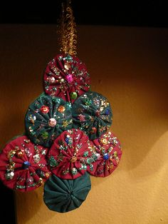 ~ Christmas Tree Ornament Made w/ Yo-Yos ~ I love how they are embellished....