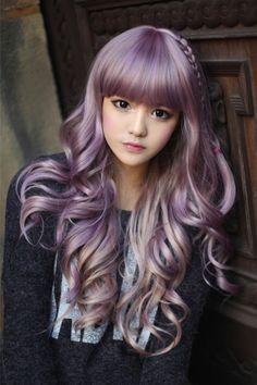 Cabelo lilás e rosto de boneca.