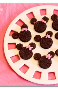 Minnie Mouse cookies out of oreos - super easy - super cute, it's a win-win!