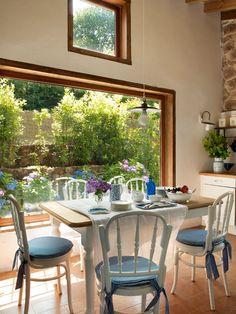 Desayunar en medio del bosque *  En la cocina, los ventanales abren la casa al jardín, que es un gran vergel. Mesa, de Ebanistería Cos, y sillas compradas en El Rastro. El mantel es de India & Pacific.  #Cantabria #Spain  http://www.elmueble.com/articulo/casas/3831/antes_una_cuadra_hoy_una_vivienda_familiar_cantabria.html#gallery-2