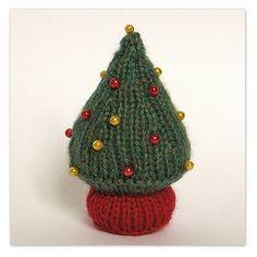 Little Christmas Tree  ... Free knitting pattern design by Amanda Berry #fluffandfuzz #knitting #knittedxmas #amandaberry #freeknittingpatterns