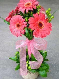 http://bit.ly/J7il5G - Gerber daisy centerpiece