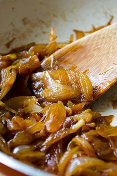 How to Caramelize Onions. It takes an hour to have perfectly caramelized onions, so make it beforehand and store in jars. You can use them in pizzas, savory tarts or pastas. Or just make mini sandwiches with them, which will become your favorite quick snack! | giverecipe.com | #onions #caramelized #snack #sauce #toppings