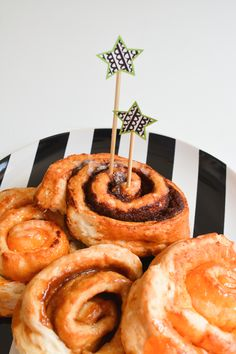 A simple way to add a small decorative touch to your baked goods  #givebakery #justbecause