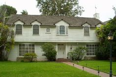1941 Garrison Colonial style home in Los Angeles (in need of a little TLC)