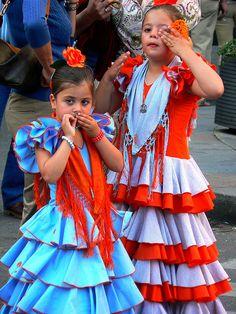 Niñas vestidas con traje de flamenca by almadrid, via Flickr