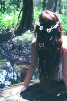 flowers in hair tumblr - Google'da Ara...... reminds me of summer days and making daisy chains