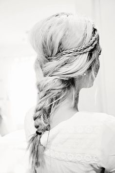 This braided hairstyle is amazing! Super pretty and perfect for summer.
