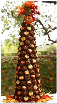 So, so eye-catchingly beautiful (and impressive!): Fall Mini Cupcake Tree. #centerpiece #fall #Halloween #cupcakes #pumpkins #party #food #tree