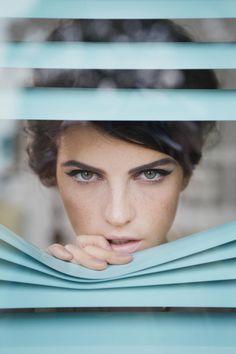eye makeup, cat eyes, blue, vintage makeup, beauti, beauty, makeup contouring, nude nail, retro makeup