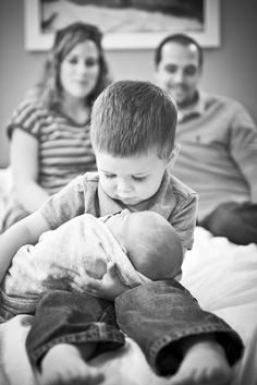 newborn and sibling photo, newborn with brother, sibling photos, famili, newborn photos with sibling, newborn pictures with sibling, family photos with newborn, new sibling photo, family newborn photo