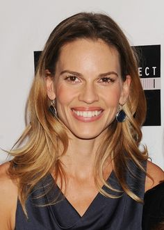 Hilary Swanks wavy, blonde hairstyle