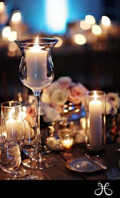 Centro de mesa con copas altas.
