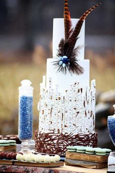 ► Pastel de boda con pluma y algo que parece como corteza. #pasteles #boda