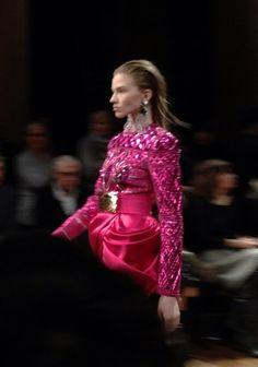 Top matelassé et jupe en satin drapé rose vif au défilé @Balmain #PFW