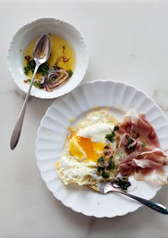Fried eggs with Jamón