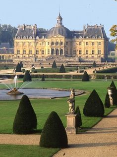 Chateau Vaux le Vicomte - France - near Paris... This castle was the inspiration for Versailles, and it is so beautiful.