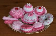 HAND KNITTED TOY PLAY FOOD CAKES & COOKIES X 10 PINK & WHITE DESIGN NOVELTY GIFT