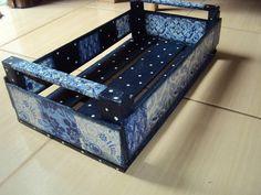 Caixote em madeira restaura com decoupage de estampas em tons de azul e poás brancos.  Serve para porta plantas, colocar revistas ou ainda como caminha para seu pet. R$35,00
