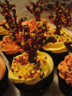 fall leaves cupcakes.