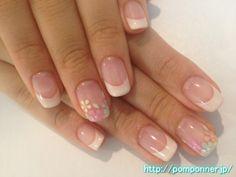パステルカラーのお花柄を爪先に描いたオフホワイトのフレンチネイル French nail off white painted toes in a flower pattern in  pastel colors