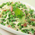 Esta receta de ensalada de chicharos lleva jamon serrano y menta. Se le puede agregar queso parmesano en tiras tambien.