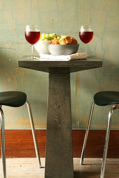 Obsessed with this concrete accent table. Hard DIYer but increasingly want to get better at playing with concrete.