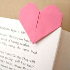 Fold a heart page marker that can also become a four-leaf clover when you link 4 pieces together.