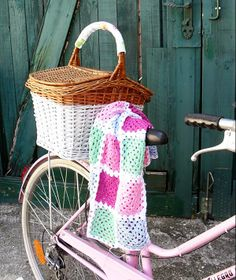 Every bike should have it´s own little blanket.   Cute picknick basket too. Made by Anazard.