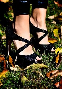 <3 Black sparkly Heels!! I have these <3