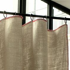 rideau Lin Luni surfilé de picots de couleur. Le rideau s'accroche avec des anneaux à pince, le haut du rideau se replie simplement à votre hauteur. Aucune couture n'est nécessaire  Entretien : Nettoyage à sec  Composition : 100% lin, picot de laine  L l  rideau 280 130  caravane