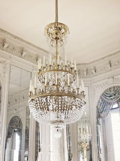 i'd love to have this gorgeous room...complete with this lovely chandelier...ooh la la...it's so french...