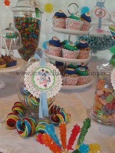 Cupcakes, trufas, confites, rulos de caramelos. Circus party . http://antonelladipietro.com.ar/blog/2012/03/payasos-en-el-cumple/
