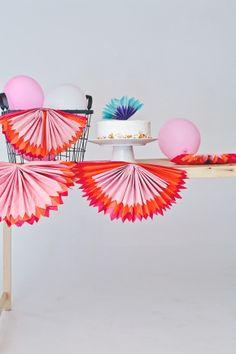 DIY Aprende a hacer estos abanicos de papel de seda para decorar tus fiestas con colores alegres
