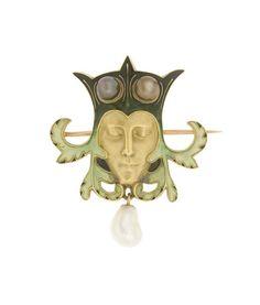 Broche Tête de bouffon, René Lalique, France, 1897/1898. Or fondu, ciselé, émail translucide sur or, perle baroque en pendant, deux perles brunes au bonnet.  art nouveau