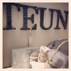 Voor een stoer effect: Repen jeansstof om houten letters!