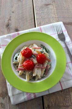 Pasta met boursin, tomaatjes uit de oven, hamreepjes en rucola - Lekker en Simpel
