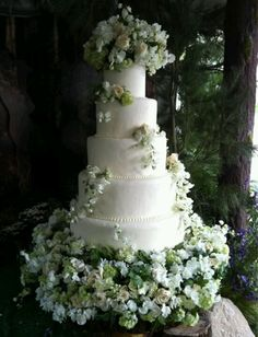 Twilight wedding cake love this want it!! Although I would probably switch out the green flowers for purple or red/pink ones...but keep the ivory leaves. Also maybe make it more of a cream in stead of white.