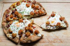 Tator tot breakfast pizza