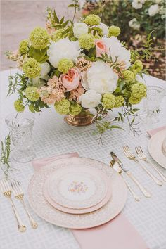 Pretty table setting with pink and gold accents and a lush floral arrangement #wedding #decor