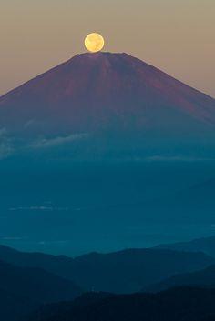 Harvest Moon on Fuji   Flickr: partage de photos!