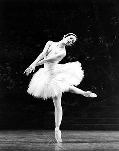 Av. Montaigne: Ballet in Fashion