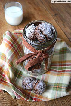 Gluten & Sugar Free Chocolate Crinkle Cookies / sugarfreemom.com