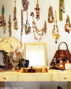 a cute way to organize your jewelery and decorate the walls