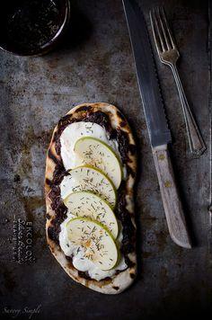 Gegrilltes Fladenbrot mit Zwiebel Jam-Port, Burrata Käse und Äpfel - eine erstaunliche Mischung von Texturen und Geschmacksrichtungen!